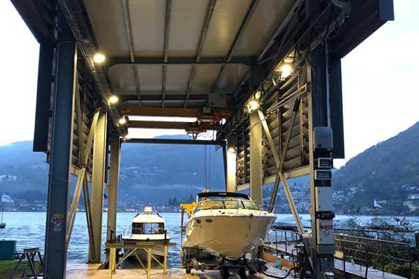 Ponte barca con illuminazione alla Nautica Caslano